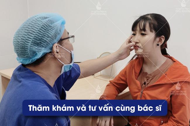 Bác sĩ thăm khám trực tiếp